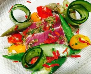 キハダマグロのタタキ 鎌倉夏野菜達と一緒に  タイハーブオリエンタルソース
